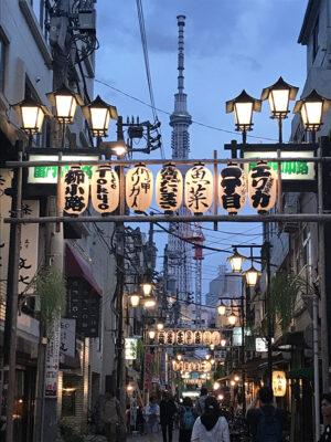 Asakusa all'imbrunire con le tante luci