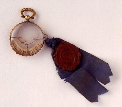Ciondolo-contenente-una-ciocca-di-capelli-di-Napoleone,1821-1825-oro,-vetro