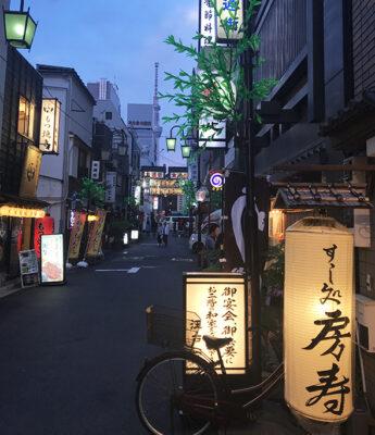 I-colori-del-crepuscolo-di-Tokyo-nelle-stradine-di-Asakusa