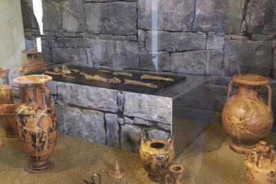 Museo Archeologico Antonella Fiammenghi - ricostruzione di tomba lucana