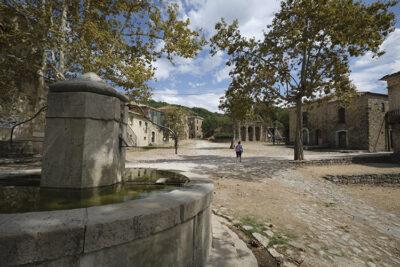 città fantasma - la fontana in pietra