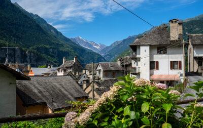 Scorcio del borgo di Varzo in Ossola con i tipici camini alti. Piemonte credits-Sara-Furlanetto