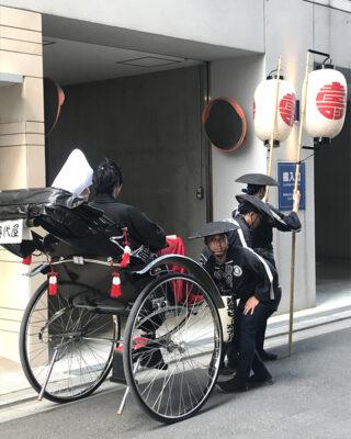 Sposini-pronti-a-partire-dopo-la-benedizione-al-tempio-di-Senso-ji