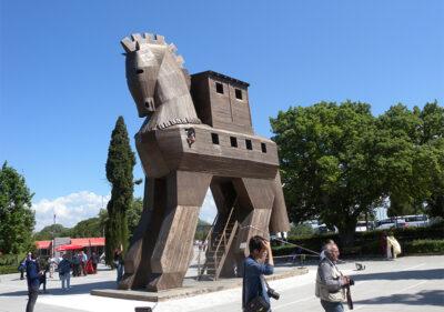Troia Il-cavallo-all'ingresso-degli-scavi