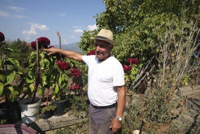Ugo Balbi nel giardino della sua abitazione
