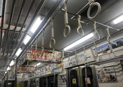 Vagone-della-metro-a-Tokyo-proprio-non-si-può-cadere
