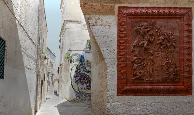 Via Madonna del Lume, pannello sul prete brigante Ciro Annicchiarico, alle spalle, murales (ph. © 2021 emilio dati)