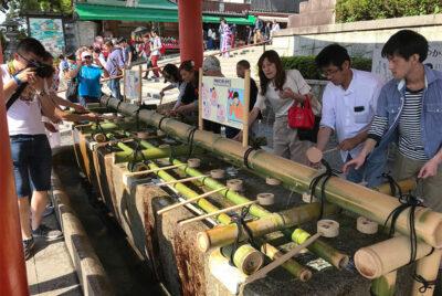 Fontane-per-la-purificazione-dei-fedeli-al-santuario-di-Fushimi-Inari-Taisha-a-Kyoto