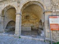 Palazzo della Principessa di Solofra (XVIII-secolo), fontana con lavatoio del 1457 (ph. © 2021 emilio dati)