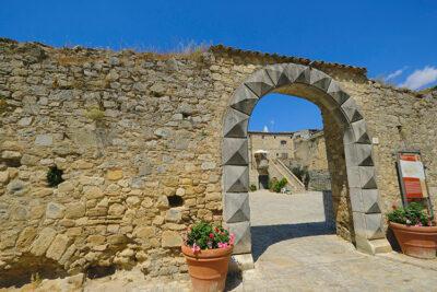Orsara-di-Puglia-portale-bugnato-d'accesso-al-cortile-dell'ex-abbazia (ph. © 2021 emilio dati)