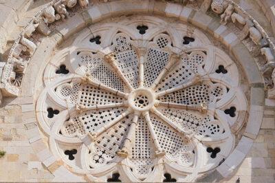 Troia, rosone che sembra-un-merletto, della-Basilica-Cattedrale-di-Santa-Maria-Assunta (ph. © 2021 emilio dati)