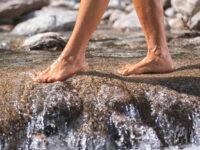 Attraversamento di un torrente a piedi nudi