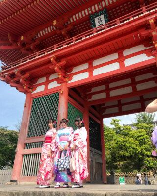 i colori di Kyoto Donne in abiti tradizionali davanti al tempio di Kiyomizu-dera