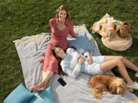 Filippa Lagerback con la figlia Stella e il cane Whisky