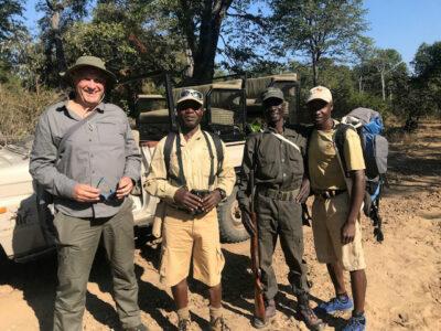 safari a piedi Nicolas-Ancot-la-guida-Steven,-lo-scout-Dave-e-il-portatore-del-tè-Kennedy