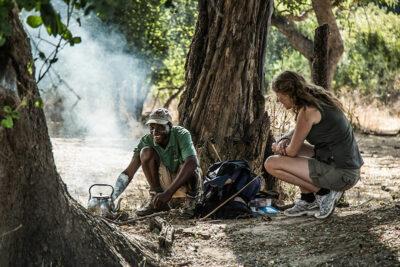 Preparazione-del-tè-Remote-Africa-copyright-Scott-Ramsay-www.LoveWildAfrica