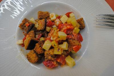 Ristorante Bono di Nulla panzanella con pomodorini, cetriolo, pecorino